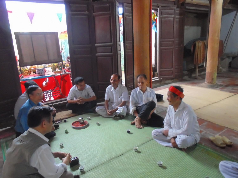 Đoàn trao đổi với các vị bô lão trong làng