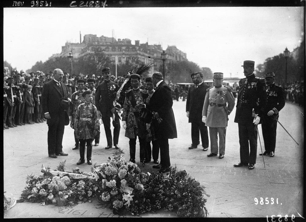 Vua Khải Định cùng cậu bé Vĩnh Thụy (bên trái), người là vua Bảo Đại sau này, đi thăm đài kỷ niệm chiến sĩ vô danh tại Paris năm 1922.