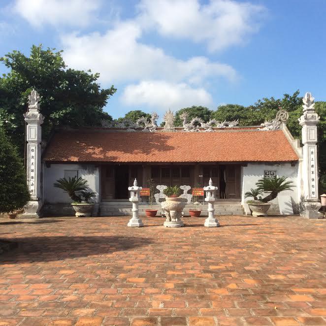 Trước sân đền Gắm Hải Phòng