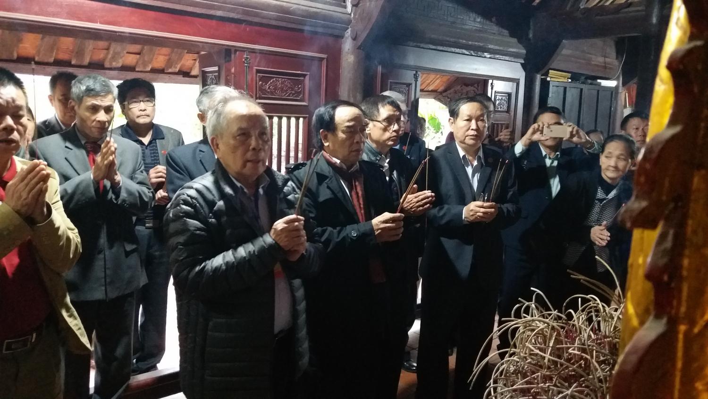 Đoàn dâng hương tại nhà thờ TS Ngô Trí Hòa - Lý Trai