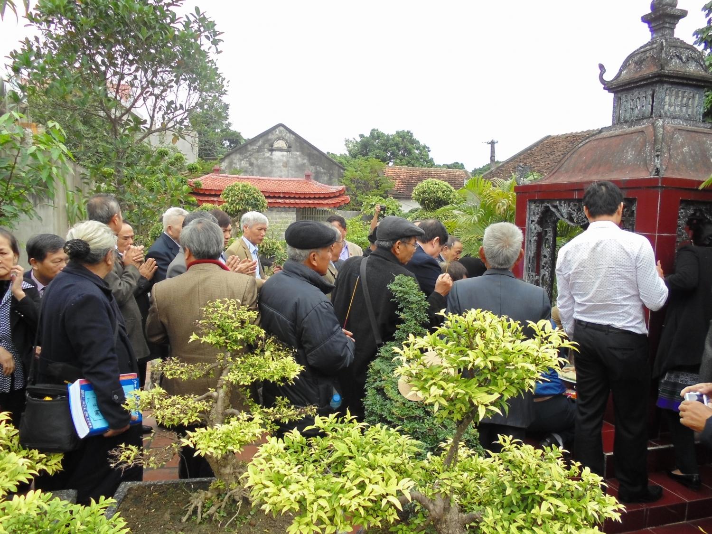 Các thành viên dâng hương tại lăng mộ Thanh Quốc công