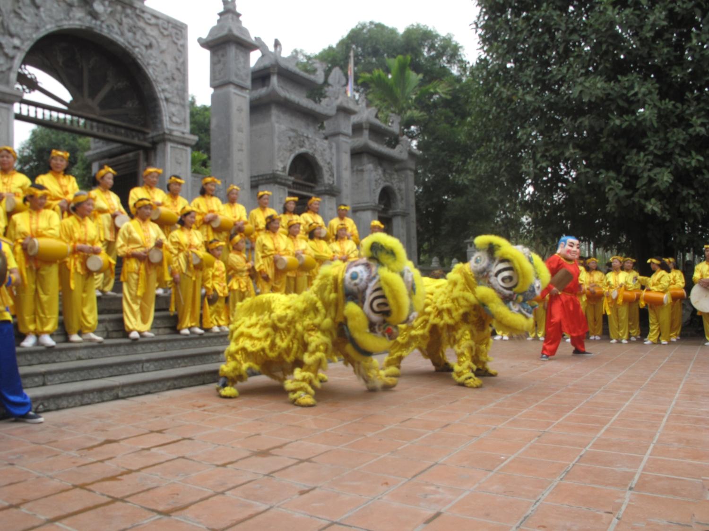 Biểu diễn múa trước sân đền thờ Ngô Vương Quyền