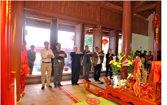 Đoàn họ Ngô Việt Nam dâng hương tại đền Chẹo